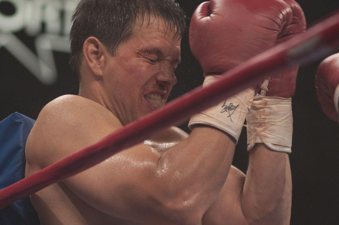 Kassiert mal wieder Prügel: der noch nicht sehr erfolgreiche Boxer Micky (Mark Wahlberg) ... - Bildquelle: 2010 Fighter, LLC All Rights Reserved