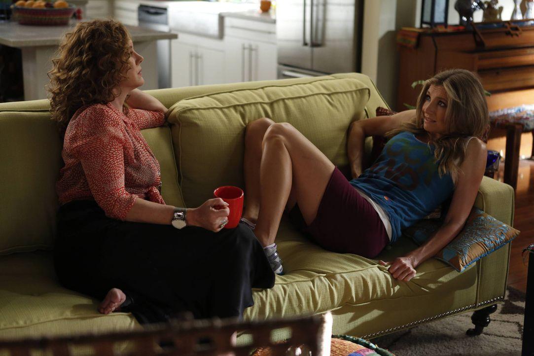 Polly (Sarah Chalke, r.) muss nach einem Unfall die Couch hüten und ist somit vollkommen auf Elaines (Elizabeth Perkins, l.) Unterstützung angewiese... - Bildquelle: 2013 American Broadcasting Companies. All rights reserved.