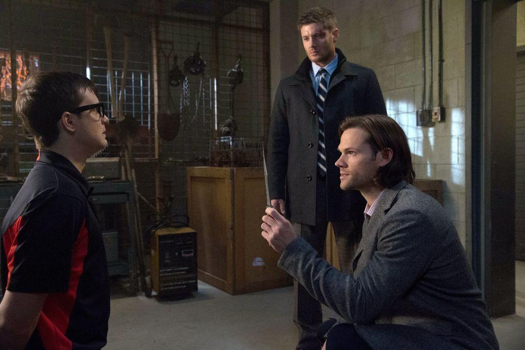 Dean (Jensen Ackles, M.) und Sam (Jared Padalecki, r.) sind geschockt, als sie merken, dass der Bunker von einer übernatürlichen Kraft heimgesucht w... - Bildquelle: 2013 Warner Brothers