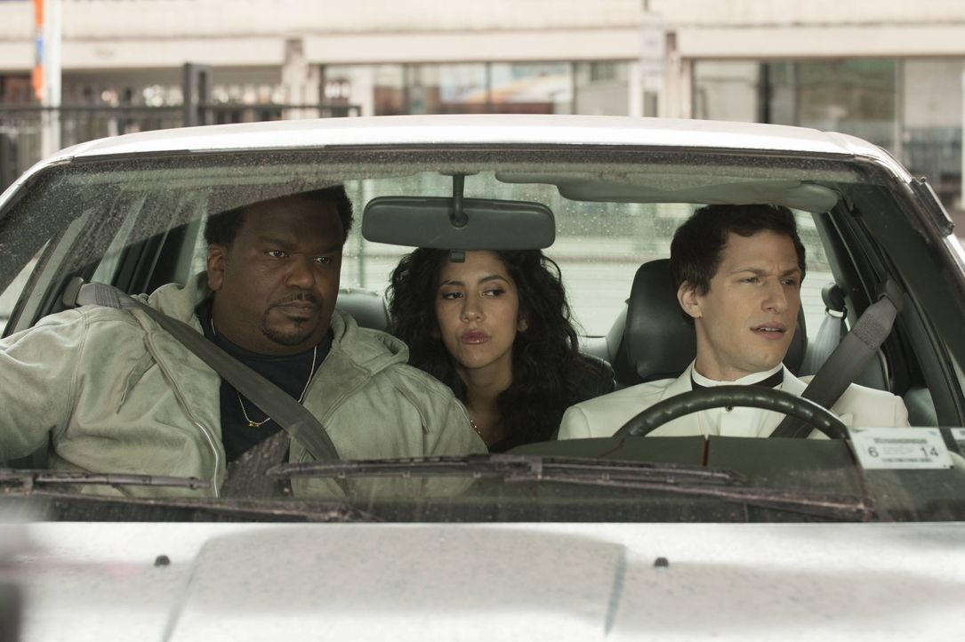 (v.l.n.r.) Doug Judy (Craig Robinson); Rosa Diaz (Stephanie Beatriz); Jake Peralta (Andy Samberg) - Bildquelle: Colleen Hayes 2013 NBC Studios LLC. All Rights Reserved. / Colleen Hayes