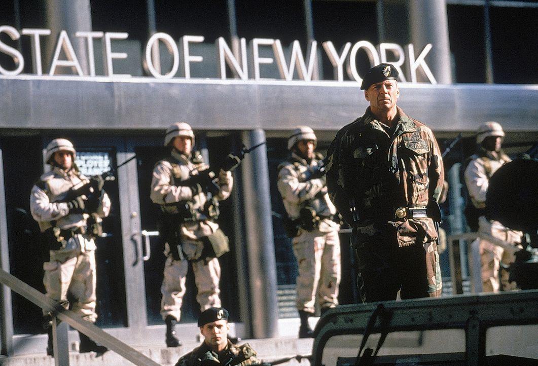 Unter dem tyrannischen General William Devereaux (Bruce Willis, vorne) wird in New York der Ausnahmezustand ausgerufen und somit den Terroristen unf... - Bildquelle: 20th Century Fox International Television