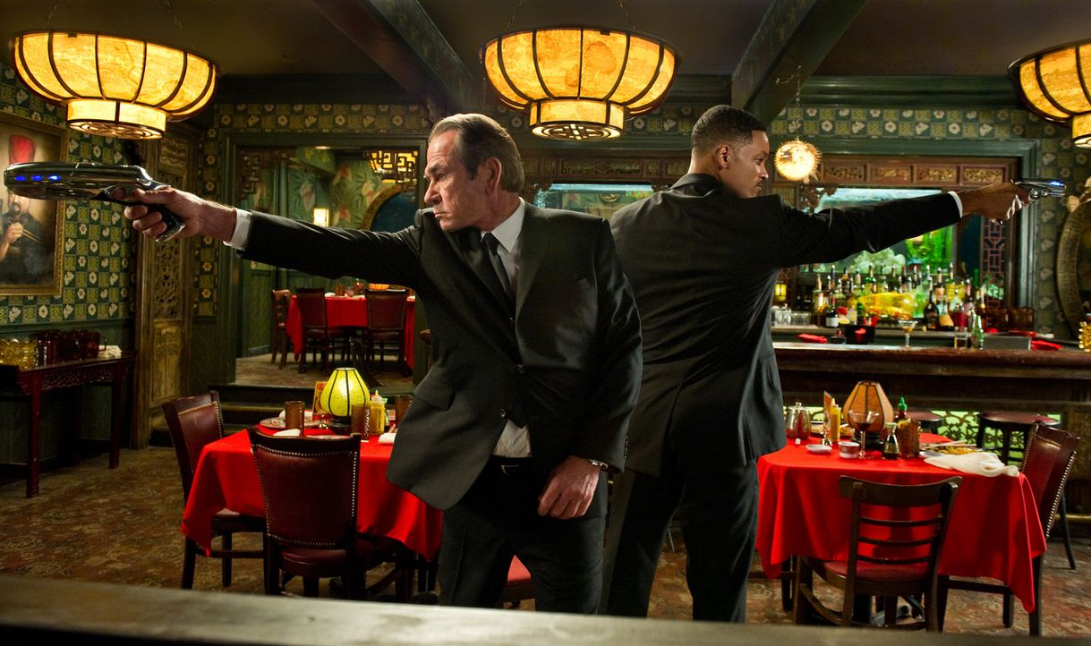 Agenten J (Will Smith, r.) und K (Tommy Lee Jones, l.) melden sich zurück - und zwar gerade noch rechtzeitig, um die gesamte Menschheit retten zu kö... - Bildquelle: Wilson Webb 2012 Columbia Pictures Industries, Inc.  All rights reserved.