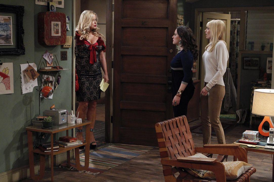 Nachdem Max (Kat Dennings, M.) und Caroline (Beth Behrs, r.) ihrer neue Nachbarin Sophie Kachinsky (Jennifer Coolidge, l.) von ihrem Verdacht erzäh... - Bildquelle: Warner Brothers