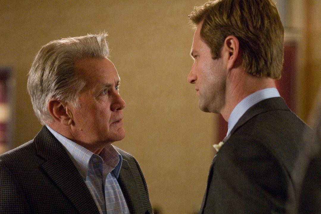 Burke (Aaron Eckhart, r.) weiß nicht so recht wie er sich verhalten soll, als der Vater seiner verstorbenen Frau (Martin Sheen, l.) plötzlich auf ei... - Bildquelle: Universal Pictures