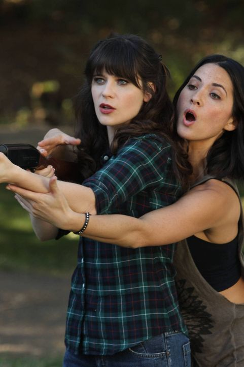 Was haben Jess (Zooey Deschanel, l.) und Angie (Olivia Munn, r.) nur vor? - Bildquelle: 2012 Twentieth Century Fox Film Corporation. All rights reserved.