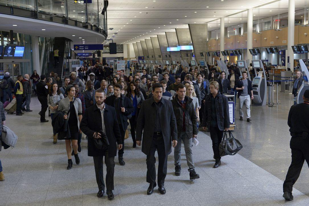 Liam (Josh Hopkins, vorne) fordert die Rekruten dazu auf, die Grenze zwischen den USA und Kanada ohne Pass zu passieren. Keine leichte Aufgabe ... - Bildquelle: Philippe Bosse 2015 ABC Studios