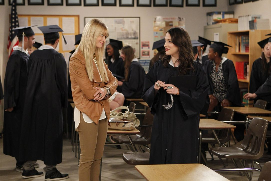 Caroline (Beth Behrs, l.) findet heraus, dass Max (Kat Dennings, r.) nie ihren Highschool-Abschluss gemacht hat. Sie versucht nun alles, um ihre Fre... - Bildquelle: Warner Bros. Television