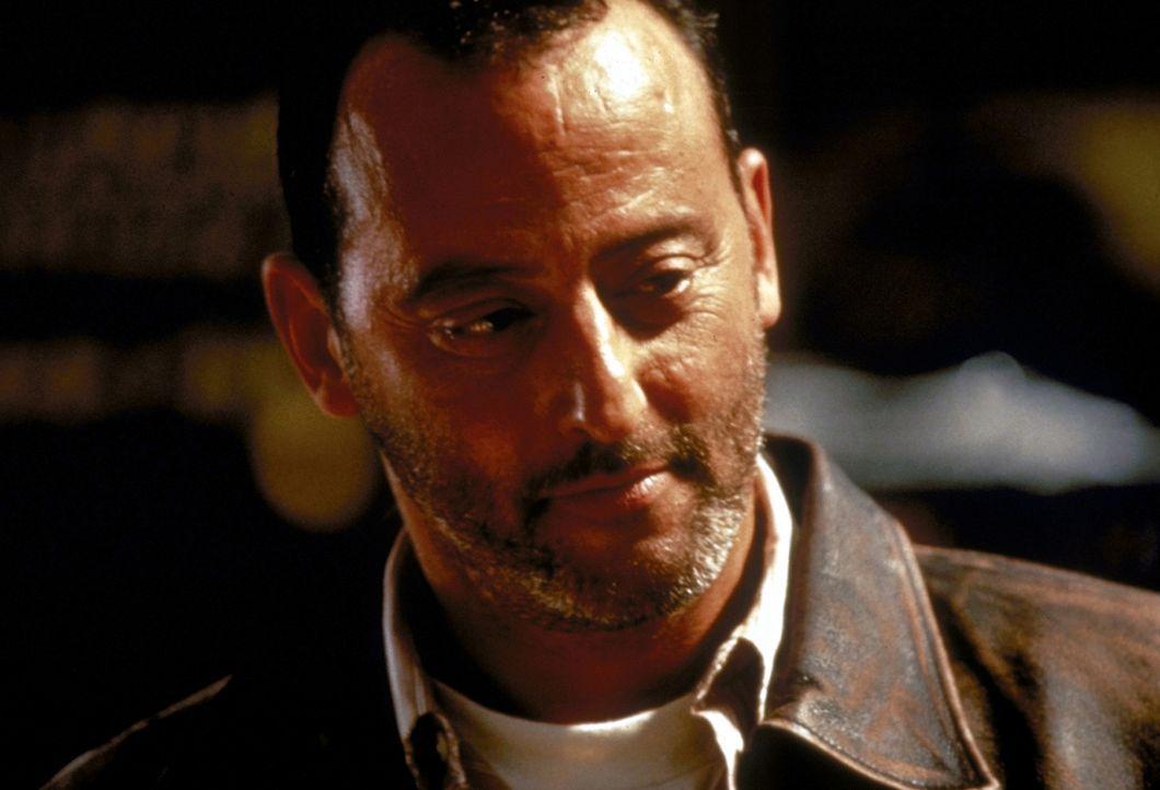 """Philippe Roaché (Jean Reno) wird von der französische Regierung als """"Versicherungsvertreter"""" ausgesandt, um den Schaden einzugrenzen, d.h., alle V... - Bildquelle: 1998 TriStar Pictures, Inc. All Rights Reserved."""