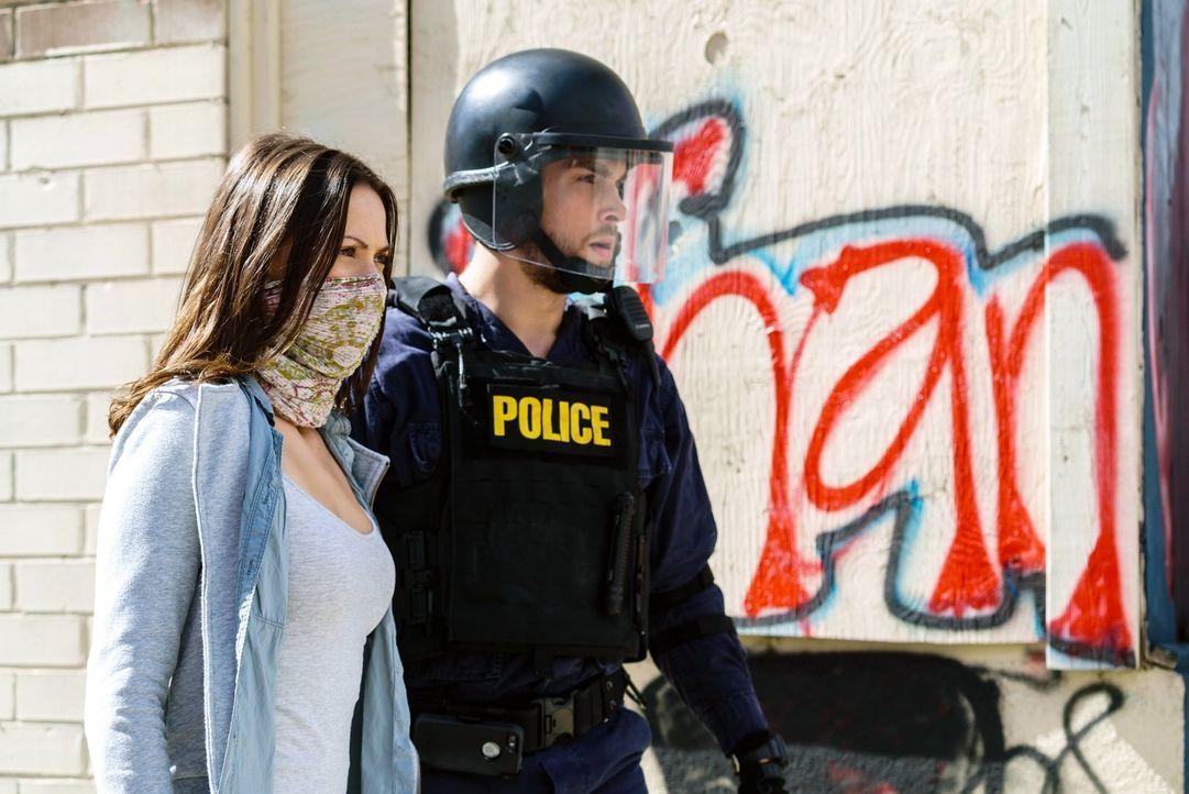Jax und Sabine sind in dem Container unter Quarantäne gestellt, während auf den Straßen die Menschen zu protestieren beginnen. Unterdessen kommen Ja... - Bildquelle: Warner Brothers