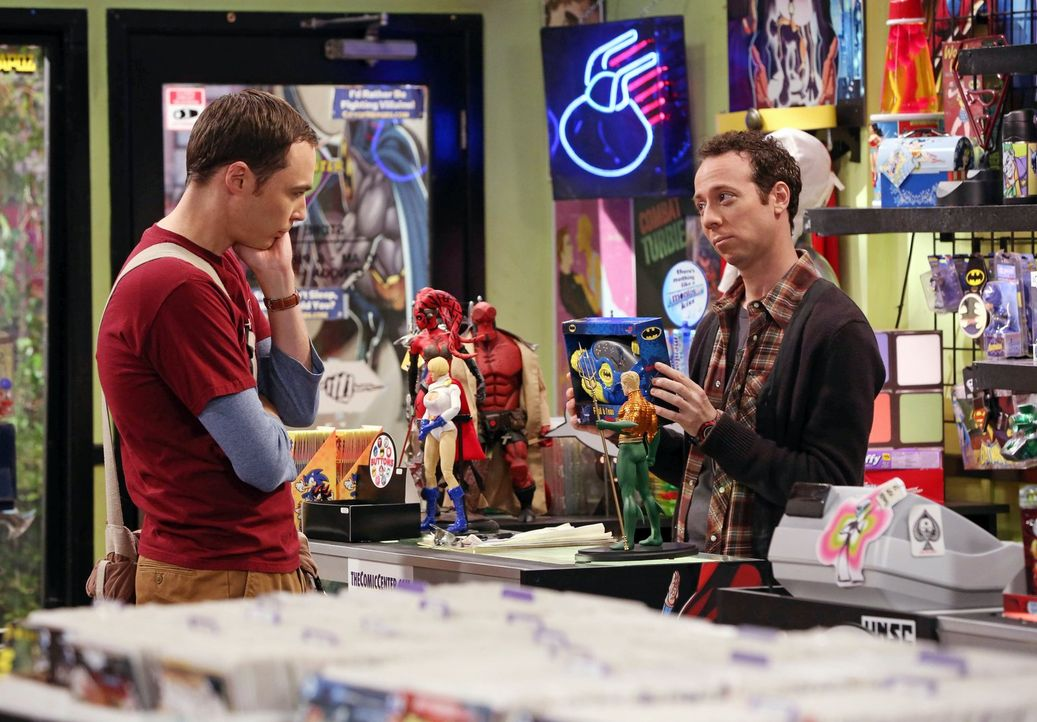 Nicht ahnend, dass Leonard schon zurück von seiner Expedition ist, sucht Sheldon (Jim Parsons, l.) bei Stuart (Kevin Sussman, r.) nach einem Willkom... - Bildquelle: Warner Bros. Television
