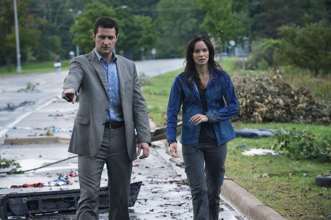 Gary (Richard Armitage, l.) und Meteorologin Allison (Sarah Wayne Callies, r.) sind entsetzt über das vernichtende Ausmaß des Wirbelsturms. Doch das... - Bildquelle: 2014   Warner Bros.