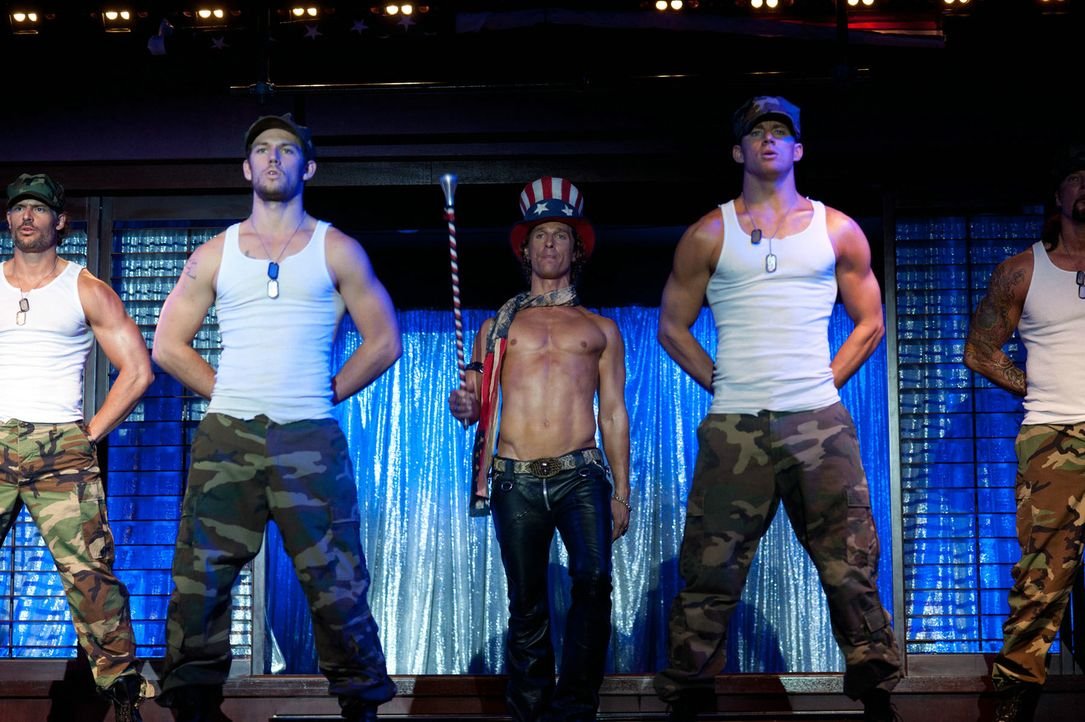 "Jeden Abend geht im Stripclub ""Xquisite"" von Dallas (Matthew McConaughey, M.) die Post ab. Magic Mike (Channing Tatum, r.), der Star der Truppe, Ada... - Bildquelle: 2012 The Estate of Redmond Barry LLC. All rights reserved"