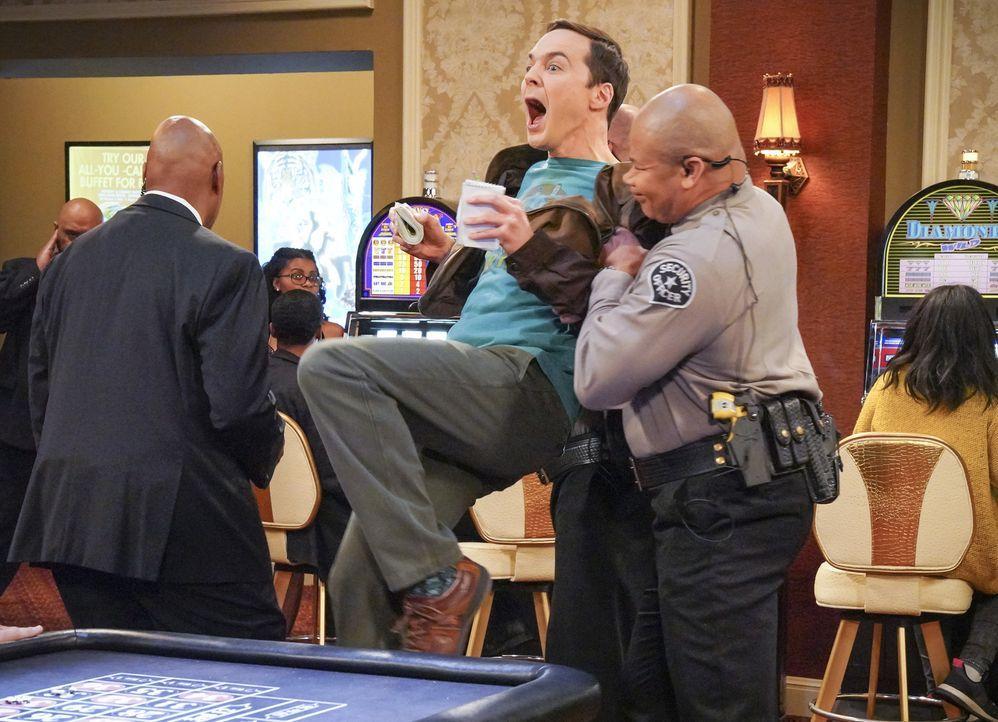 So kompliziert hatte es sich Sheldon (Jim Parsons, M.) nicht vorgestellt, an Geld für sein Experiment zu kommen ... - Bildquelle: Warner Bros. Television