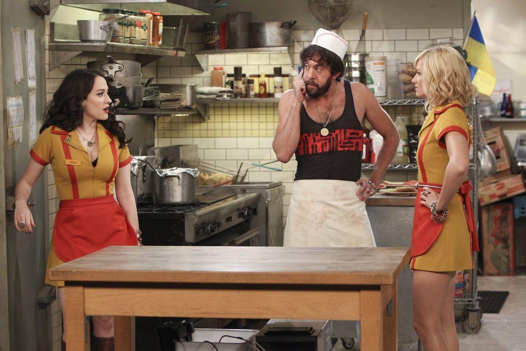 Krisensitzung: Max (Kat Dennings, l.), Oleg (Jonathan Kite, M.) und Caroline (Beth Behrs, r.) ... - Bildquelle: Warner Bros. Television