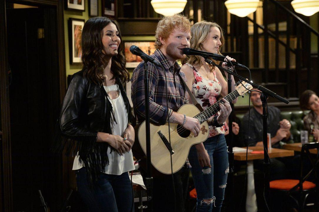 Justin konnte seinen Fehler wieder gutmachen und Ed Sheeran stellt sein Können in seiner Bar unter Beweis: Ed Sheeran (M.), Amanda (Victoria Justice... - Bildquelle: Warner Brothers