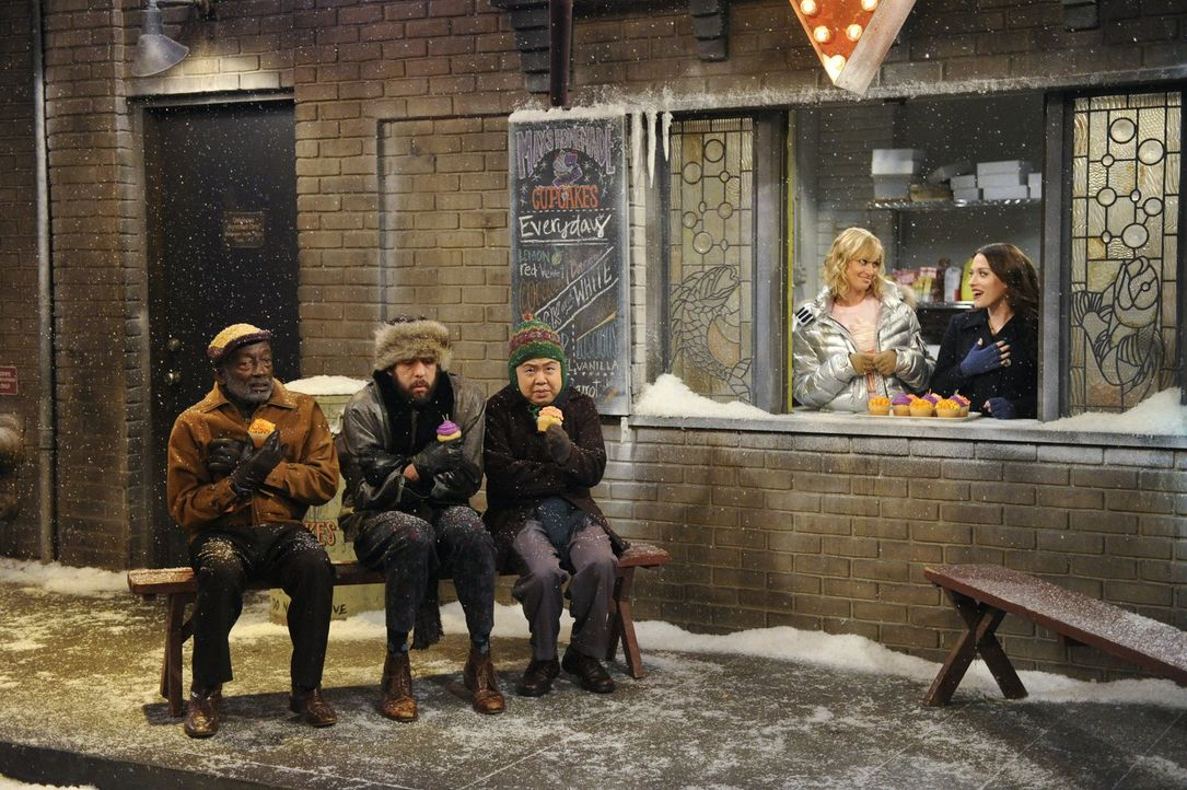 Stärkung muss sein: Earl (Garrett Morris, l.), Oleg (Jonathan Kite, 2.v.l.), Han (Matthew Moy, M.), Caroline (Beth Behrs, 2.v.r.) und Max (Kat Denni... - Bildquelle: Warner Bros. Television