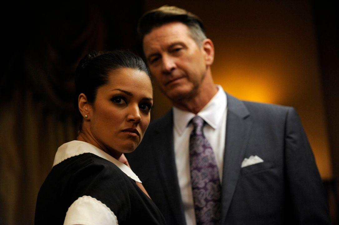Wird eine DVD mit Michael (Brett Cullen, r.) und Flora (Paula Garcés, l.), die Rosie gefunden hat, Aufschluss über Floras Tod geben? - Bildquelle: ABC Studios