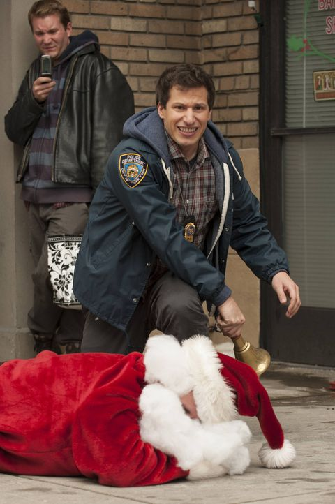 Jake Peralta (Andy Samberg) - Bildquelle: Colleen Hayes 2013 NBC Studios LLC. All Rights Reserved. / Colleen Hayes