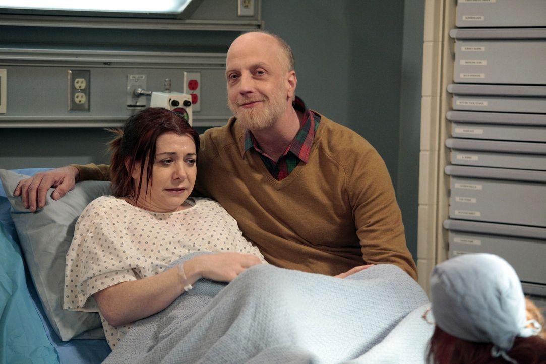 Während Marshall auf dem Weg ins Krankenhaus ist, ist Lily (Alyson Hannigan, l.) total genervt von ihrem Vater Mickey (Chris Elliot, r.) und lässt i... - Bildquelle: 20th Century Fox International Television