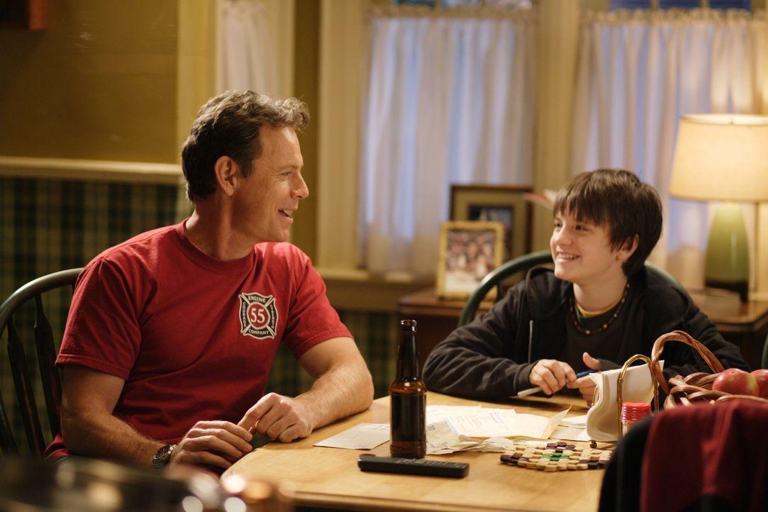 Ahnen nicht, dass sich ihr Leben durch Rexx gewaltig verändern wird: Shane (Josh Hutcherson, r.) und sein Vater Connor (Bruce Greenwood, l.) ... - Bildquelle: New Regency Productions, Inc.