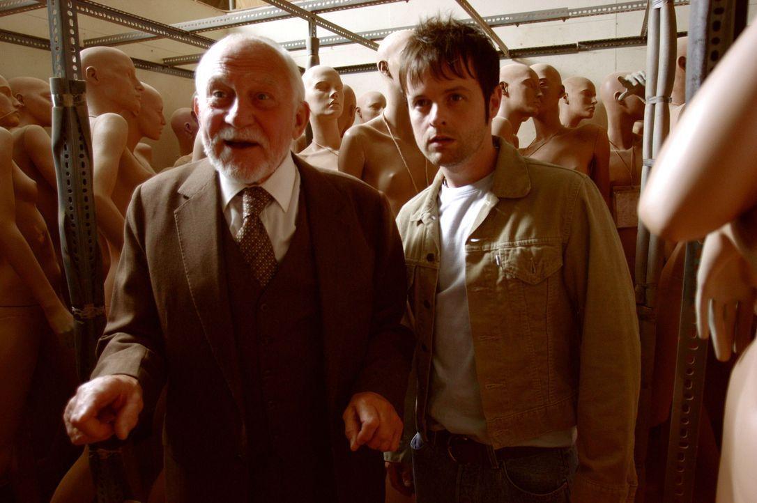 Als Ray (Declan Donnelly, r.) erfährt, dass der neue Freund seiner Großmutter, Maurice (John Cater , l.), Schaufensterpuppen herstellt, kommt ihm ei... - Bildquelle: Warner Brothers International