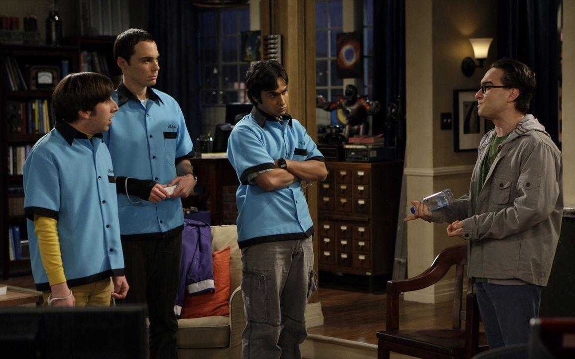 Sind etwas irritiert von Leonard (Johnny Galecki, r.): Sheldon (Jim Parsons, 2.v.l.), Rajesh (Kunal Nayyar, 2.v.r.) und Howard (Simon Helberg, 2.v.l... - Bildquelle: Warner Bros. Television