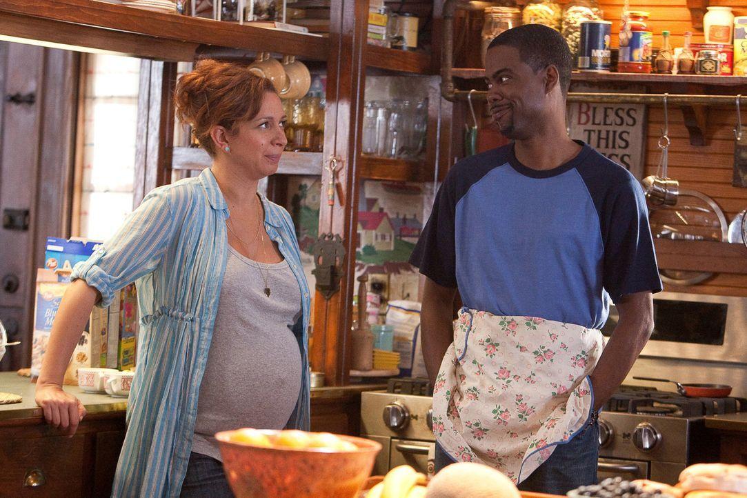 Kurt (Chris Rock, r.) ist Hausmann, seine schwangere Frau Deanne (Maya Rudolph, l.) bringt das Geld nach Hause. Für seine Schwiegermutter ein Grund... - Bildquelle: 2010 Columbia Pictures Industries, Inc. and Beverly Blvd LLC. All Rights Reserved.