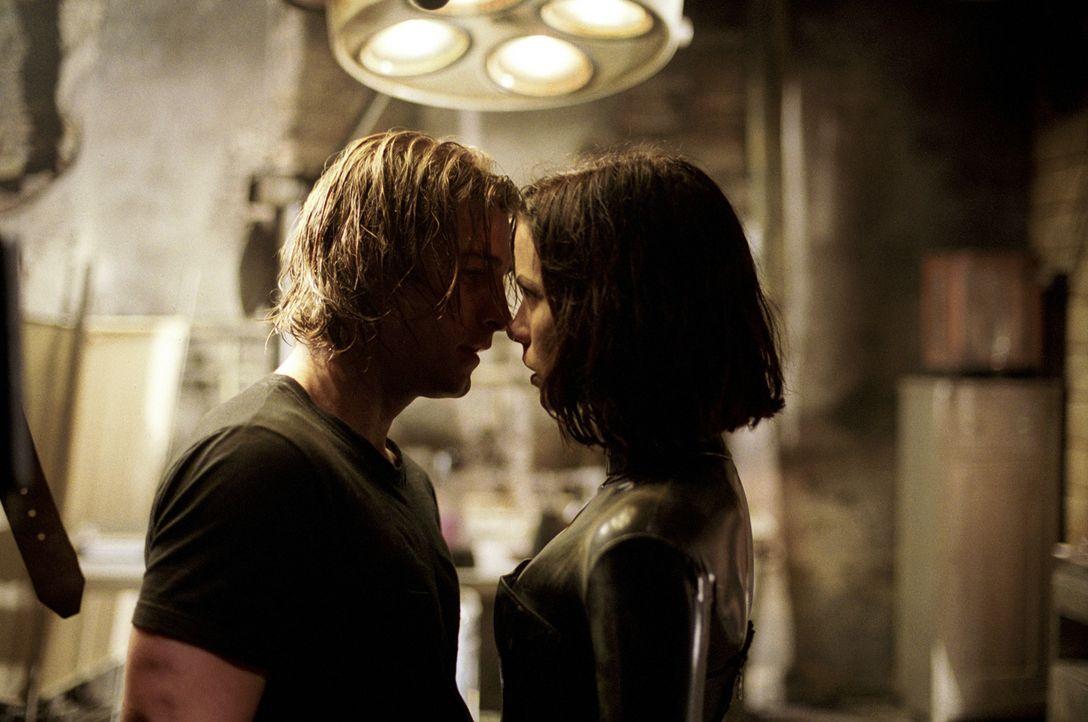 Selene (Kate Beckinsale, r.) kann zunächst gar nicht fassen, dass sie ungeahnte Gefühlen für einen schnöden Sterblichen wie Michael (Scott Speed... - Bildquelle: TMG