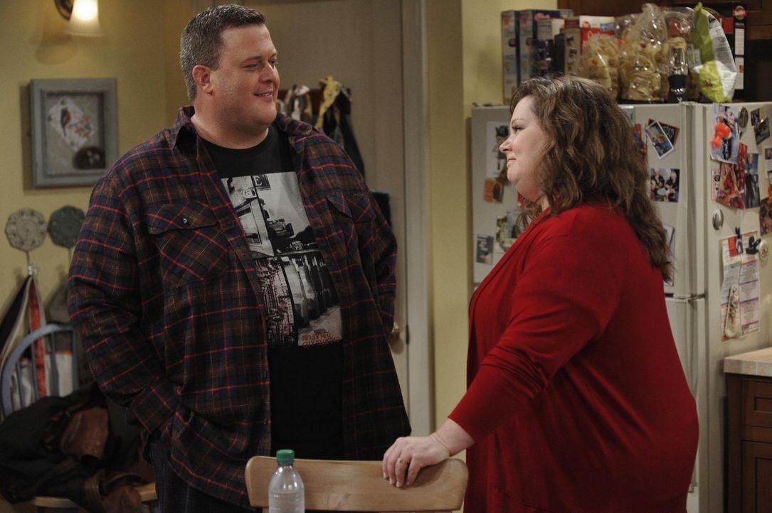 Molly (Melissa McCarthy, r.) hat eine ganz besondere Bitte an Mike (Billy Gardell, l.) ... - Bildquelle: Warner Brothers