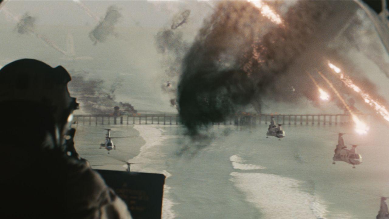 Urplötzlich wird die Erde von außeririschen Streitmächten angegriffen. Während die Menschen weltweit machtlos mitansehen müssen, wie ihre Städ... - Bildquelle: 2011 Columbia Pictures Industries, Inc. and Beverly Blvd LLC. All Rights Reserved.