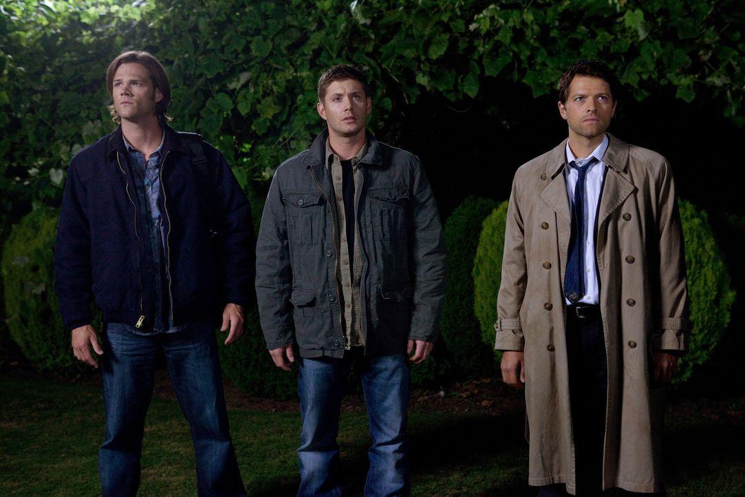 Als Sam (Jared Padalecki, l.), Dean (Jensen Ackles, M.) und Castiel (Misha Collins, r.) wissen, wie groß die Gefahr ist, müssen sie ihre gesamte E... - Bildquelle: Warner Bros. Television