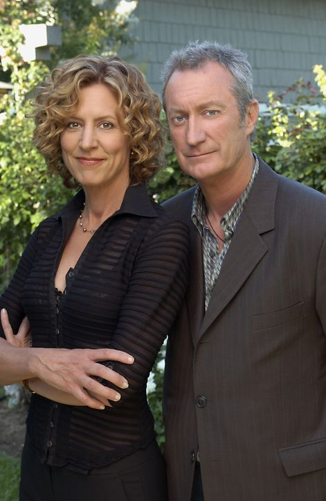 Nachdem Rose (Christine Lahti, l.) von ihrem Ehemann verlassen wurde, taucht plötzlich ihr alter Jugendfreund Hal Thorne (Bryan Brown, r.) wieder in... - Bildquelle: 2004 Sony Pictures Television Inc. All Rights Reserved.