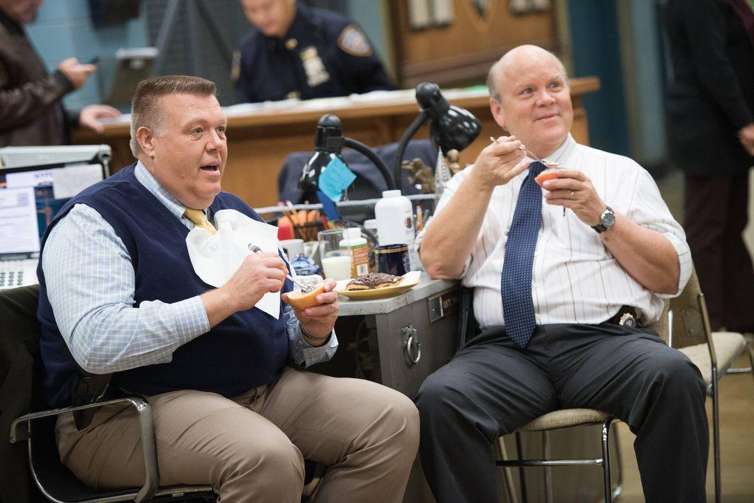 Scully (Joel McKinnon Miller, l.); Hitchcock (Dirk Blocker, r.) - Bildquelle: Eddy Chen 2014 UNIVERSAL TELEVISION LLC. All rights reserved / Eddy Chen