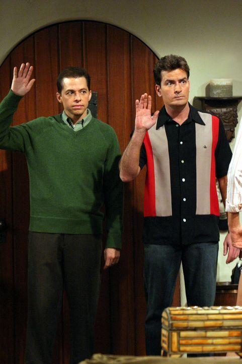 Charlie (Charlie Sheen, r.) ist verwirrt, denn er hat noch nie erlebt, dass eine Frau nichts von ihm, sondern von seinem Bruder Alan (Jon Cryer, l.)... - Bildquelle: Warner Brothers Entertainment Inc.