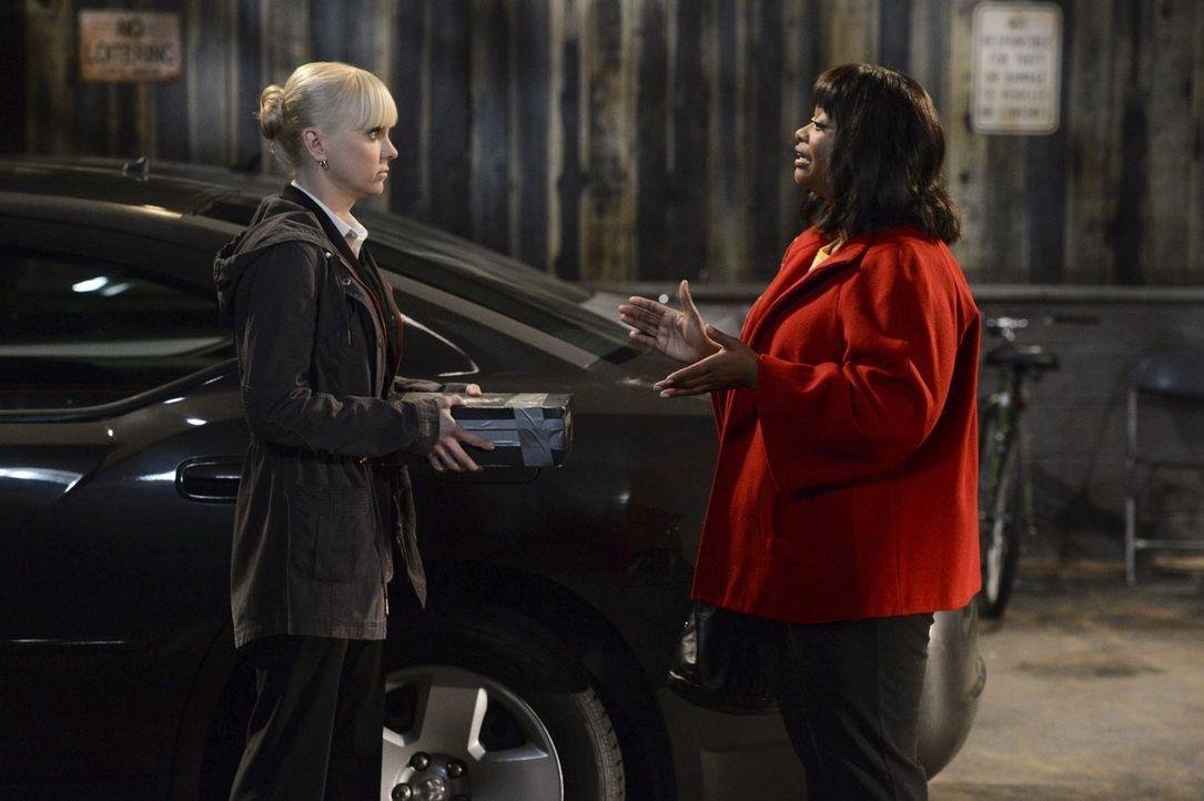 Regina (Octavia Spencer, r.) bittet Christy (Anna Faris, l.) inständig, für sie als Fürsprecherin vor Gericht aufzutreten. Doch Christy würde sich l... - Bildquelle: Warner Brothers Entertainment Inc.