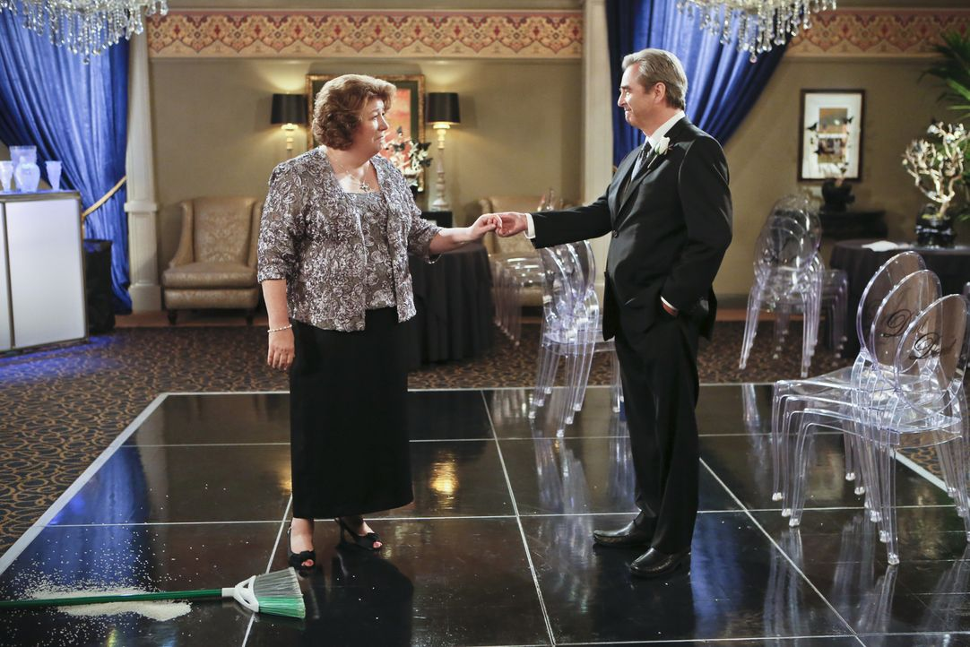 Tom (Beau Bridges, r.) und Carol (Margo Martindale, l.) wollen sich eigentlich endlich scheiden lassen, doch als sie in Debbies Haus aufeinander tre... - Bildquelle: 2014 CBS Broadcasting, Inc. All Rights Reserved.