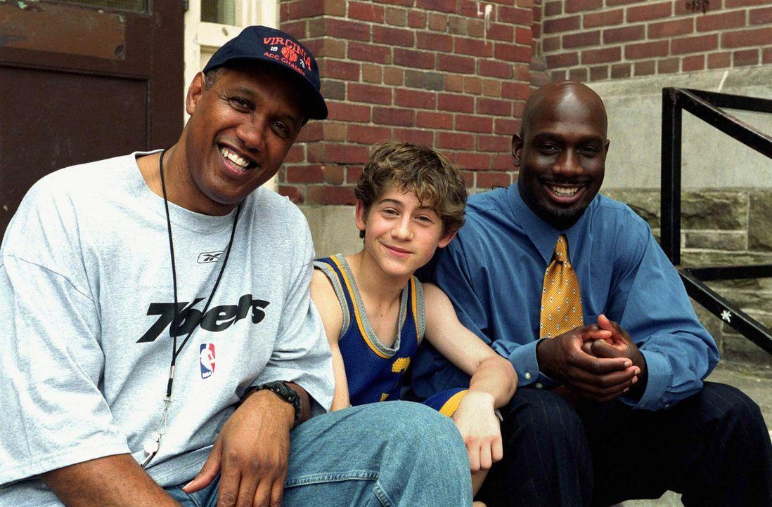 Alex (Alex D. Linz, M.) und seine Vereinskollegen sind fest davon überzeugt, dass ihr neuer Coach, Lamont Carr (Richard T. Jones, r.), die Reinkarn... - Bildquelle: The Disney Channel
