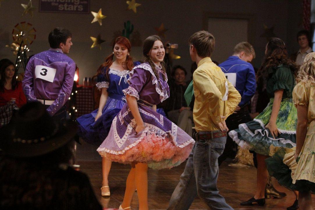 Für Sue (Eden Sher, r.) und Brad (Brock Ciarlelli, l.) geht es beim Square-Dance-Wettbewerb um alles. Doch die Tanzschritte sitzen nicht bei allen .... - Bildquelle: Warner Brothers
