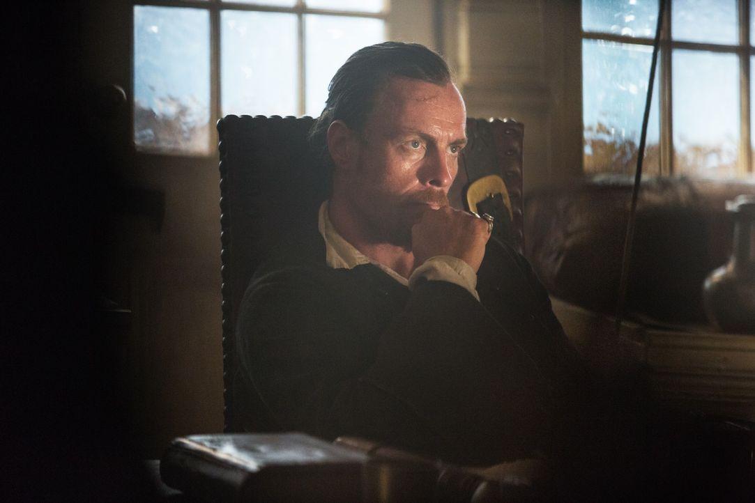 Wird Captain Flint (Toby Stephens) auf dem Handelsschiff wichtige Informationen über einen spanischen Schatz finden? - Bildquelle: 2013 Starz Entertainment LLC, All rights reserved