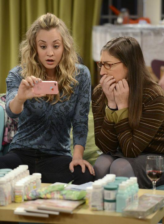 Ein Video, das Bernadette mit Penny (Kaley Cuoco, l.) und Amy (Mayim Bialik, r.) im Internet sieht, lässt sie die Hochzeit zu Howard nochmal überden... - Bildquelle: Warner Bros. Television