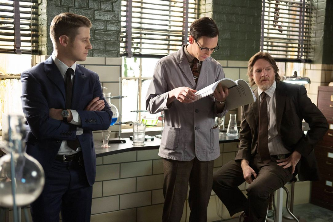 Versuchen, gemeinsam einen Fall zu lösen: Gordon (Ben McKenzie, l.) und Bullock (Donal Logue, r.) und Edward Nygma (Cory Michael Smith, M.) ... - Bildquelle: Warner Bros. Entertainment, Inc.