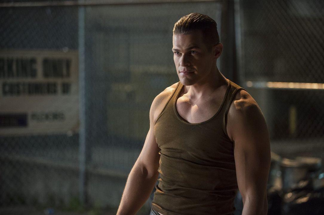 The Flash trifft auf einen neuen Meta-Menschen namens Tony (Greg Finley), der sich selbst in Stahl verwandeln kann ... - Bildquelle: Warner Brothers.