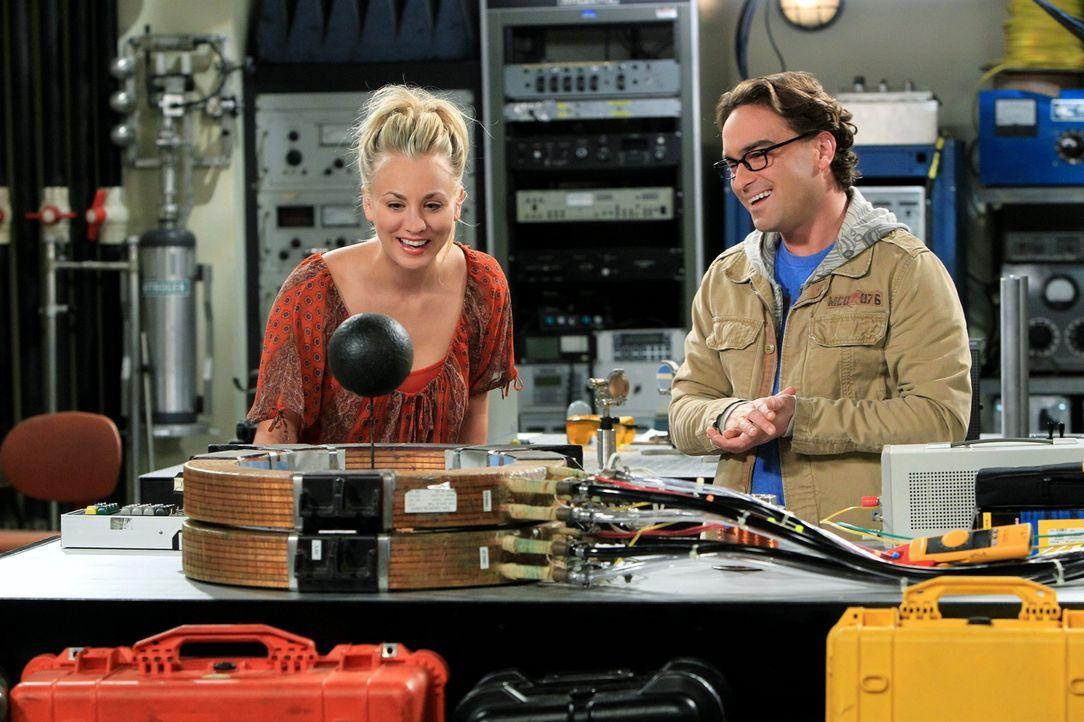 Sind glücklich miteinander: Leonard (Johnny Galecki, r.) und Penny (Kaley Cuoco, l.) ... - Bildquelle: Warner Bros. Television