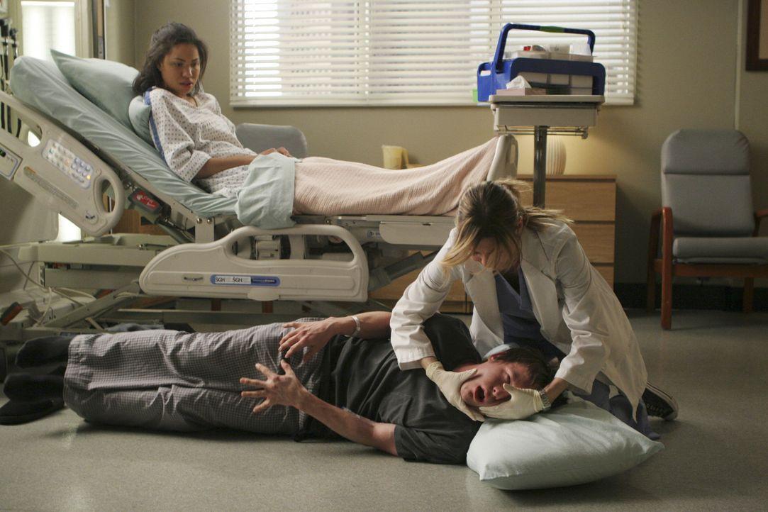 Derek und Meredith (Ellen Pompeo, r.) haben zwei Patienten, Beth (Jurnee Smollett, l.) und Jeremy (Marshall Allman, M.), deren Gehirntumore sie mit... - Bildquelle: Michael Desmond Touchstone Television