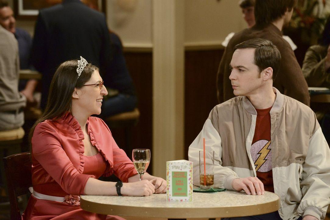 Als feststeht, dass Bernadette und Howard vor der Weltraummission heiraten wollen, legen sich Amy (Mayim Bialik, l.) und Sheldon (Jim Parsons, r.) m... - Bildquelle: Warner Bros. Television