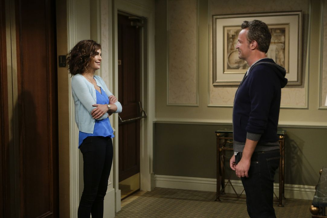 Oscar (Matthew Perry, r.) geht mit Allyson aus, dem Kindermädchen, das für seine Nachbarin Charlotte (Teri Hatcher, l.) arbeitet. Anfangs geht alles... - Bildquelle: Sonja Flemming 2015 CBS Broadcasting, Inc. All Rights Reserved