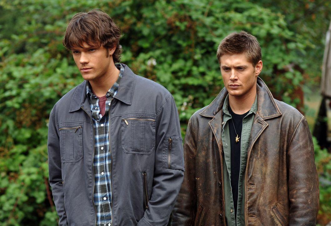 Sam (Jared Padalecki, l.) und Dean (Jensen Ackles, r.) gehen dem Verschwinden eines jungen Mädchens nach und stoßen auf weitere, in diesem See ert... - Bildquelle: Warner Bros. Television