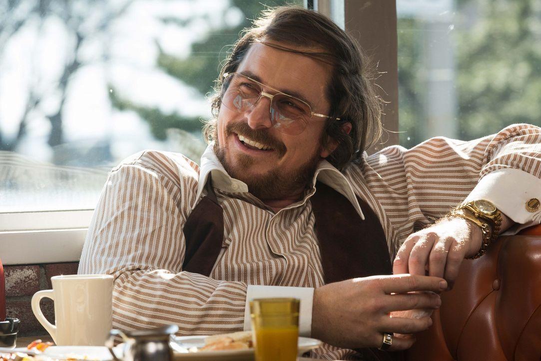 Noch ahnt Trickbetrüger Irving Rosenfeld (Christian Bale) nicht, dass er schon bald von einem FBI-Agenten gezwungen wird, korrupte Politiker mit ein... - Bildquelle: TOBIS TFILM