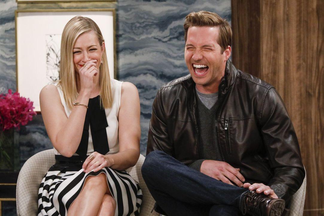 Wie wird Caroline (Beth Behrs, l.) reagieren, wenn sie auf ihren Exfreund Andy (Ryan Hansen, r.) trifft, der sie immer noch liebt? - Bildquelle: Warner Bros. Television