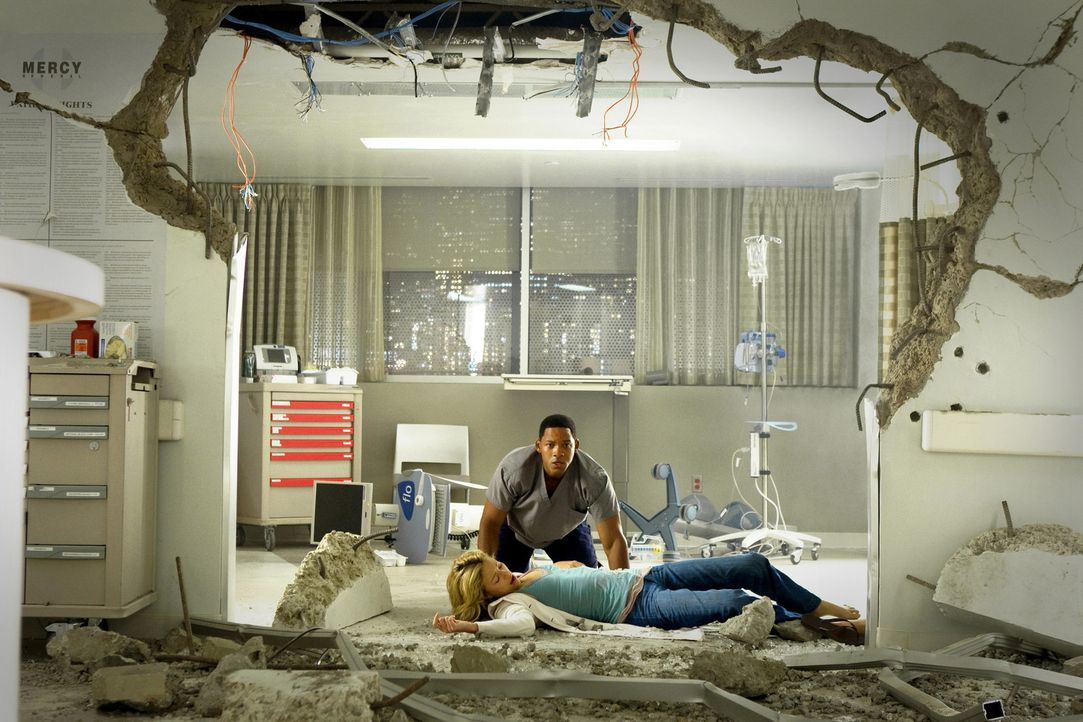 Als Hancock (Will Smith, hinten) Mary (Charlize Theron, liegend) küsst, muss er erfahren, dass diese über ähnliche Kräfte verfügt. Sie schleude... - Bildquelle: Sony Pictures